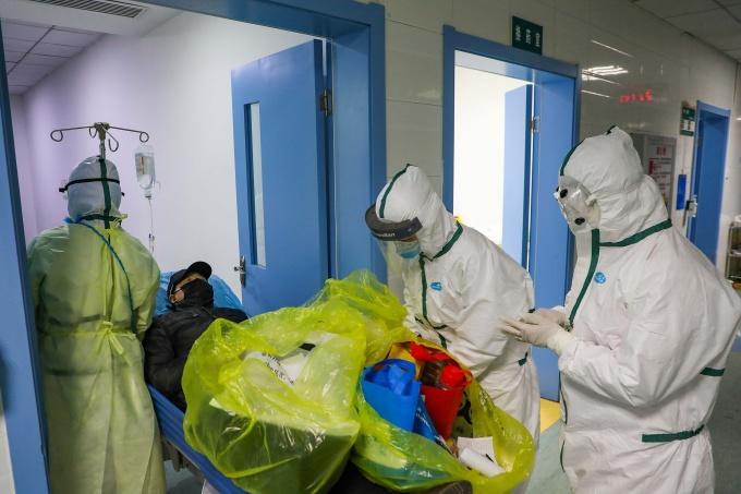 Nhân viên y tế tại khu cách ly ở một bệnh viện tại Vũ Hán, tỉnh Hồ Bắc, Trung Quốc vào tháng 2/2020. Ảnh: Reuters.