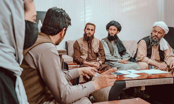Mohammad Yousif (thứ ba từ phải sang) cùng các quan chức Bộ Tuyên truyền Đạo đức Afghanistan trong buổi họp ngày 13/9. Ảnh: NY Post.