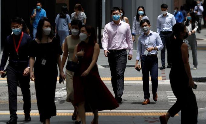 Nhân viên văn phòng trong giờ nghỉ trưa tại Singapore hôm 8/9. Ảnh: Reuters.