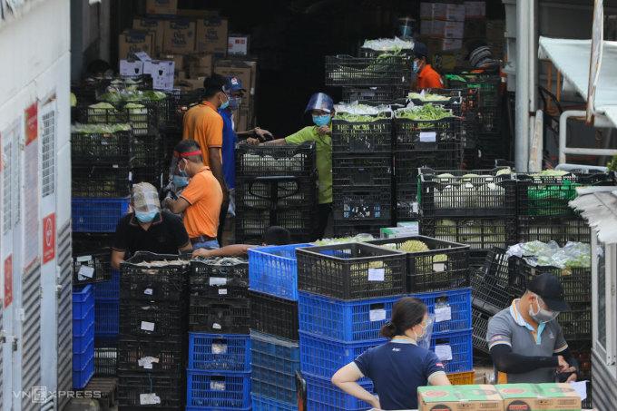 Nhân viên siêu thị tại TP HCM kiểm tra hàng hóa, tháng 8/2021. Ảnh: Như Quỳnh