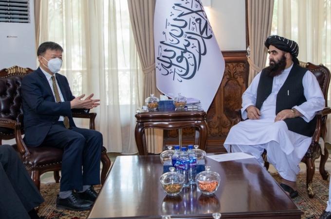 Đại sứ Trung Quốc tại Afghanistan Wang Yu (trái) và Ngoại trưởng lâm thời Afghanistan Mawlawi Amir Khan Muttaqi tại Kabul hôm 14/9. Ảnh: Twitter/Dr.M.Naeem.