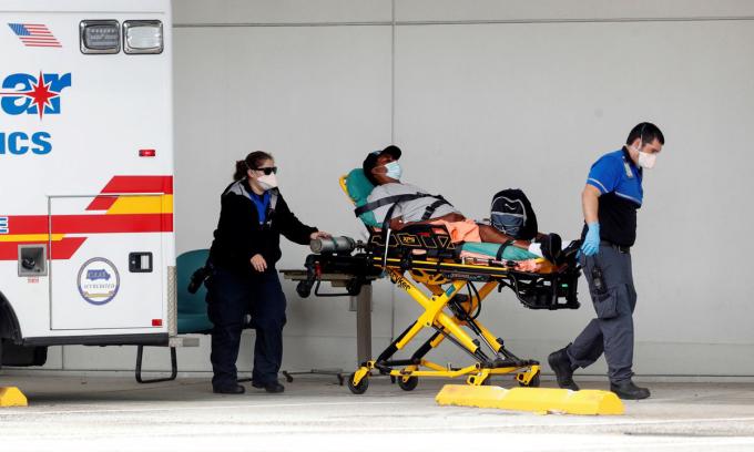 Một bệnh nhân được chuyển khỏi xe cứu thương tại bệnh viện ở Clearwater, bang Florida hôm 3/8. Ảnh: Reuters.