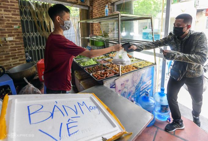 Một hàng cơm bán mang về ở huyện Gia Lâm, Hà Nội. Ảnh: Phạm Chiểu.