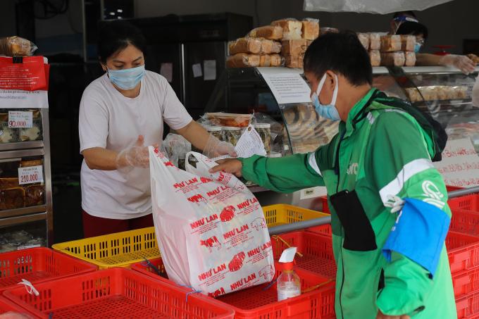 Hàng quán TP HCM ngày 9/9/2021, ngày đầu cho phép bán mang đi. Ảnh: Quỳnh Trần/VnExpress