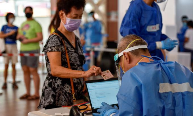 Một điểm xét nghiệm Covid-19 tại khu nhà ở công cộng ở Singapore ngày 16/6. Ảnh: Reuters.