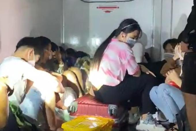 15 người ngồi trong xe đông lạnh để vượt chốt kiểm dịch bị phát hiện ở Hàm Tân. Ảnh: Tư Huynh