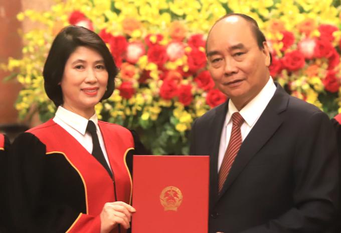 Chủ tịch nước trao quyết định bổ nhiệm Thẩm phán TAND tối cao cho bà Đào Thị Minh Thuỷ. Ảnh: Hiếu Duy