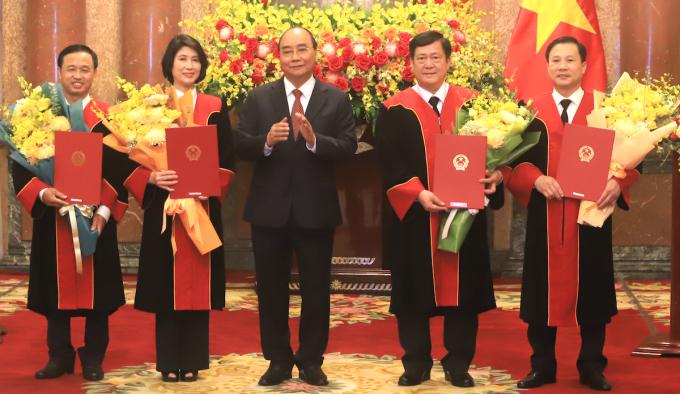 Chủ tịch nước trao quyết định bổ nhiệm cho bốn thẩm phán TAND tối cao. Ảnh: Hiếu Duy