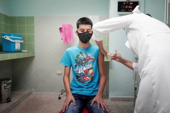 Một cậu bé 14 tuổi được tiêm vaccine Covid-19 nội địa của Cuba tại thủ đô Havana hôm 29/6. Ảnh: Reuters.