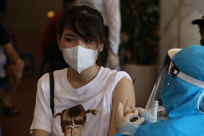 Người dân Hà Nội tiêm vaccine Covid-19 tại Cung Hữu Nghị trong tháng 9. Ảnh: Ngọc Thành
