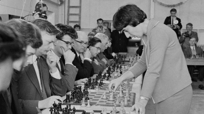 Nona Gaprindashvili trong trận đấu nổi tiếng năm 1965 khi một mình đấu với 28 người đàn ông cùng lúc. Ảnh: Aws for WP
