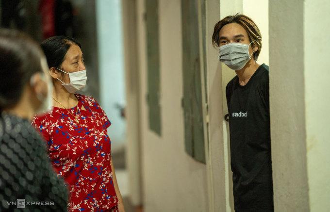 Hai nữ cán bộ Tổ dân phố 22, phường Quan Hoa tìm đến tận khu trọ rà soát người lao động, sinh viên khó khăn để làm đơn đăng ký nhận hỗ trợ 500.000 đồng, chiều tối 15/9. Ảnh: Phạm Chiểu