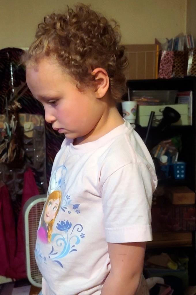 Bé Jurnee Hoffmeyer với mái tóc nham nhở do bị cắt ở trường hồi tháng 3. Ảnh: AP.