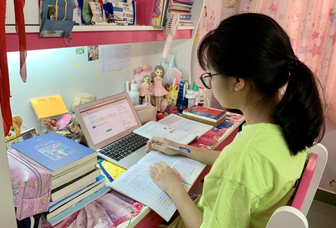 Học sinh trường THCS Bạch Đằng, quận 3, TP HCM tự học tại nhà hôm 5/9. Ảnh: Nhân vật cung cấp
