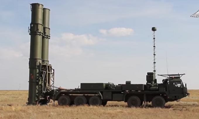 Bệ phóng tên lửa S-500 trong cuộc thử nghiệm tại thao trường Kapustin Yar ngày 20/7. Ảnh: BQP Nga.