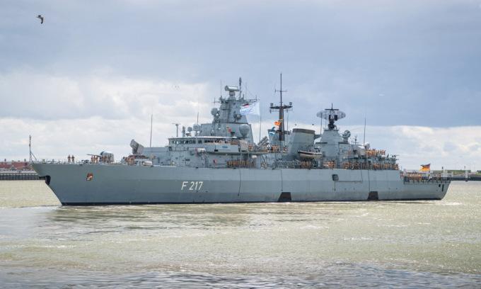 Tàu hộ vệ Bayern của Đức rời cảng Wilhelmshaven hôm 2/8 để thực hiện hành trình tới châu Á. Ảnh: AFP.