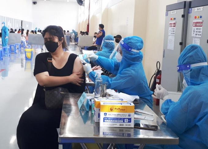 Lao động làm việc theo phương thức 3 tại chỗ tại Khu chế xuất Tân Thuận tiêm mũi 2, ngày 5/9. Ảnh: An Phương