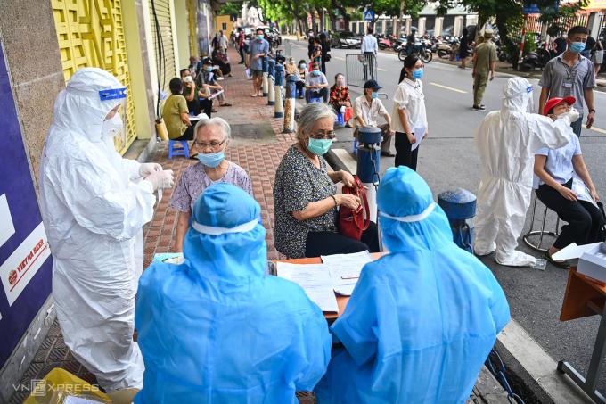 Người dân phường Cát Linh, quận Ba Đình, Hà Nội vừa tiêm vaccine, vừa kết hợp xét nghiệm, tháng 9/2021. Ảnh: Giang Huy