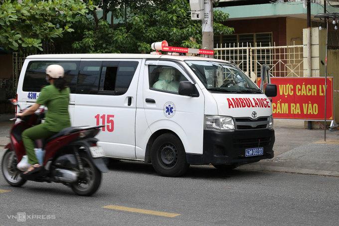 Xe cứu thương đưa F0 đến bệnh viện, tháng 8/2021. Ảnh: Nguyễn Đông