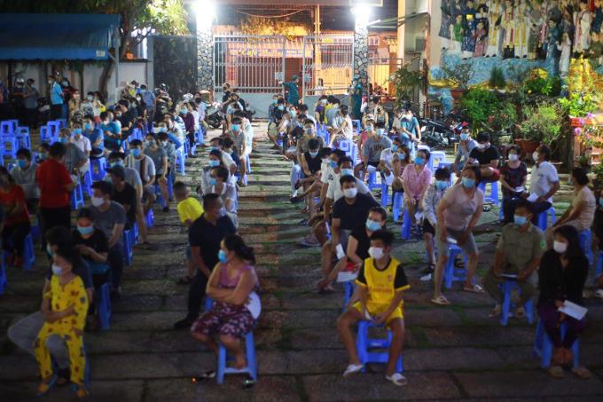 Người dân phường 15, quận Gò Vấp, được lấy mẫu xét nghiệm, rạng sáng 29/5. Ảnh: Đình Văn.