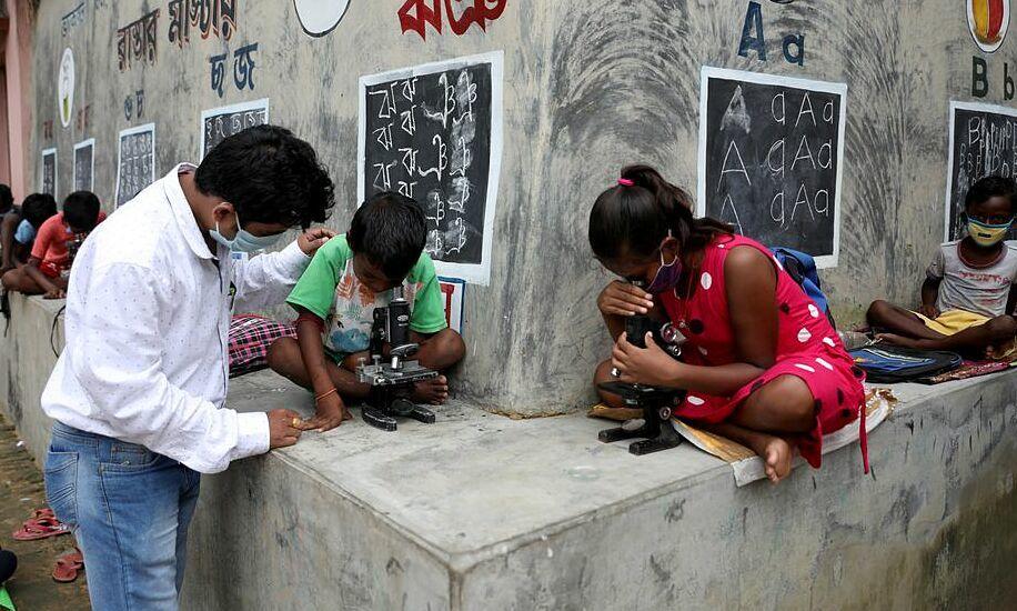Thầy giáo sơn tường nhà thành bảng dạy học sinh