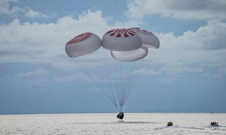 Tàu SpaceX chở phi hành đoàn nghiệp dư hạ cánh xuống biển