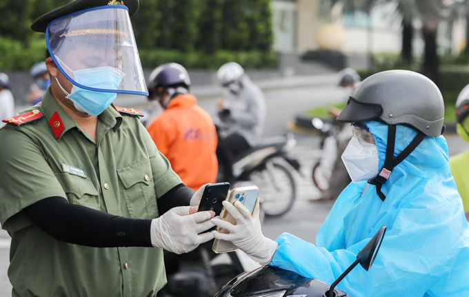 Chốt kiểm soát Covid-19 ở quận Bình Thạnh, ngày 30/8.  Ảnh: Quỳnh Trần