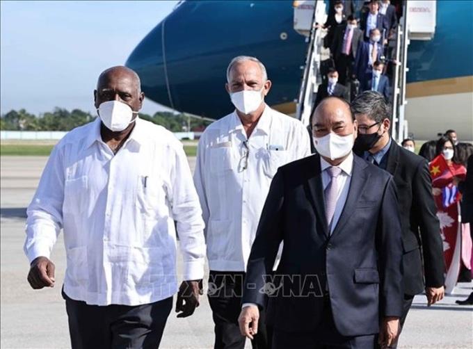 Phó Chủ tịch Cuba Salvador Valdes Mesa (trái, hàng trước) đón Chủ tịch nước Nguyễn Xuân Phúc tại sân bay Quốc tế Jose Marti, Havana hôm 18/9. Ảnh: TTXVN.