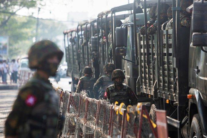 Xe quân đội Myanmar bị đánh bom