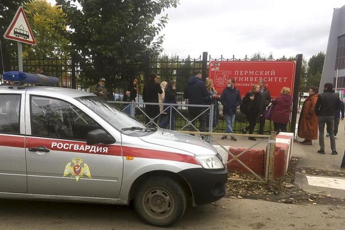 Mọi người đứng bên ngoài rào chắn gần Đại học Perm, thành phố Perm, Nga, hôm 20/9. Ảnh: AP.