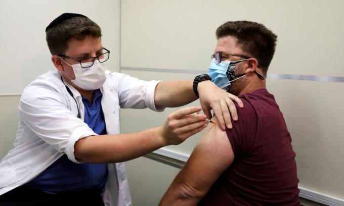 Một người đàn ông Israel được tiêm liều vaccine Covid-19 tăng cường tại Jerusalem hôm 20/8. Ảnh: Reuters.
