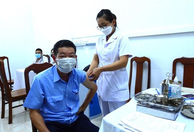 Người dân tiêm vaccine tại TP Hạ Long hồi đầu tháng 8. Ảnh: Minh Cương