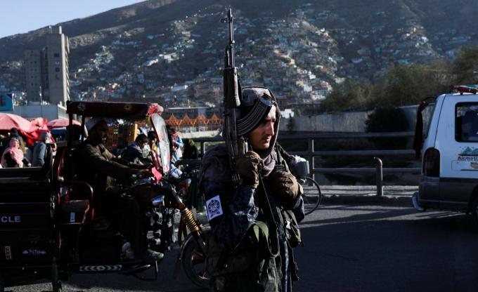 Tay súng Taliban đứng gác trên đường phố Kabul, Afghanistan, hôm 16/9. Ảnh: Reuters.