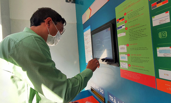 Máy tiếp nhận hồ sơ tự động ở UBND quận 6 để hạn chế tiếp xúc trực tiếp, phòng chống dịch, tháng 3/2021. Ảnh: Trung Sơn