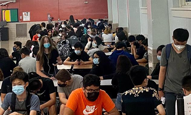 Học sinh New York chen chúc trong trường học