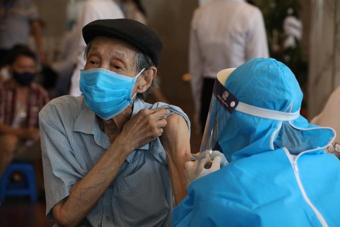 Người dân Hà Nội tiêm vaccine Covid-19 tại cung Hữu Nghị, tháng 9/2021. Ảnh: Ngọc Thành
