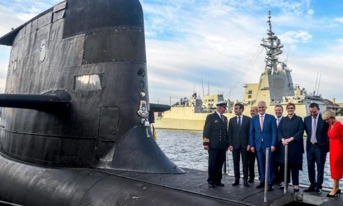 Tổng thống Pháp Emmanuel Macron (thứ hai từ trái sang) và cựu thủ tướng Australia (giữa) Malcolm Turnbull đứng trên boong tàu ngầm HMAS Waller của Australia