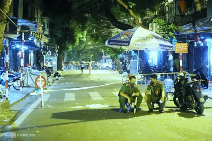 Police set up a roadblock on Hang Ma Street on the evening of September 21.  Photo: Giang Huy