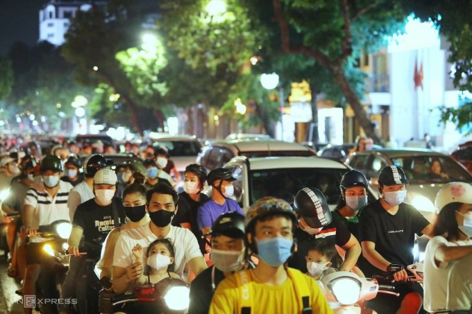 The flow of people poured into the central street of Hanoi, on the evening of September 21.  Photo: Giang Huy