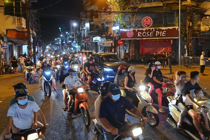 The line of vehicles from Hang Duong passes through Hang Ma.  Photo: Giang Huy