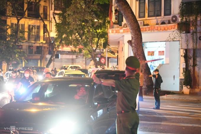 Police separate traffic on Hang Rui street.  Photo: Gia Chinh