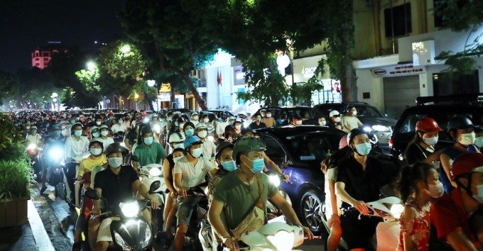 People participating in traffic on Hang Bai Street on the evening of September 21 were all wearing masks.  Photo: Huy Thanh