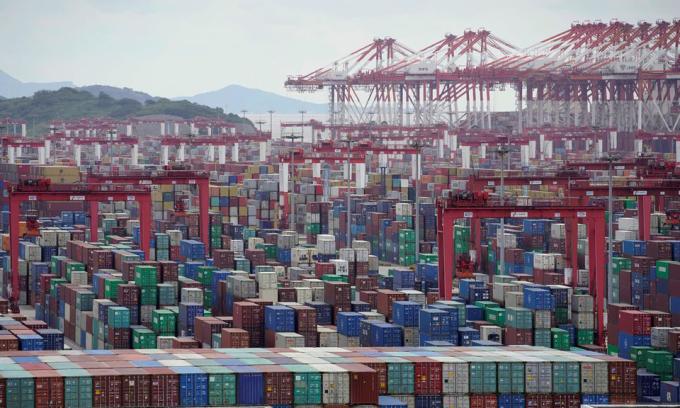 Các container tại cảng Dương Sơn ở thành phố Thượng Hải, Trung Quốc, hồi tháng 10/2020. Ảnh: Reuters.