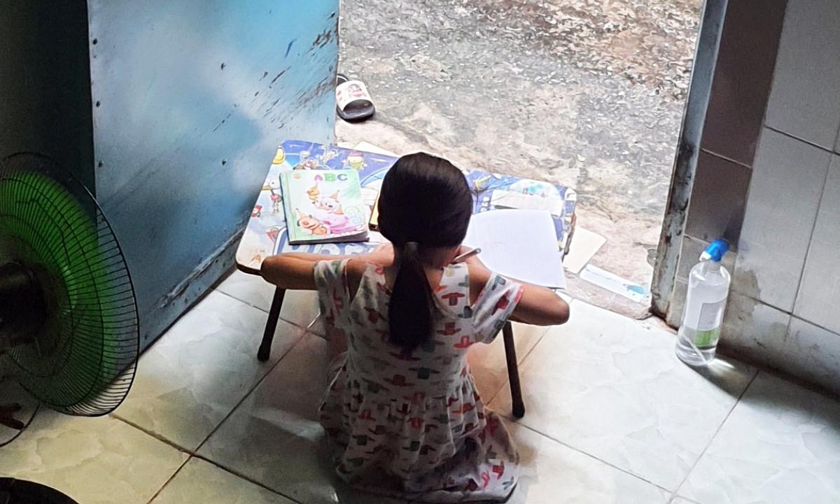 Phụ huynh Sài Gòn toát mồ hôi kèm con học lớp 1