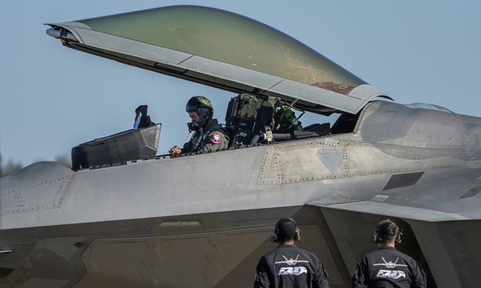 Phi công kiểm tra tiêm kích F-22 trước chuyến bay tại căn cứ Columbus ở bang Mississippi, Mỹ ngày 15/1. Ảnh: USAF.