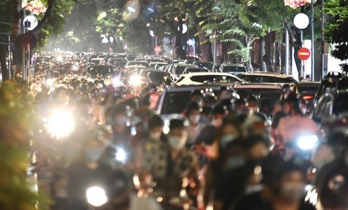 Phương tiện ùn tắc tại tuyến phố trung tâm Hà Nội, tối 21/9. Ảnh: Huy Thành