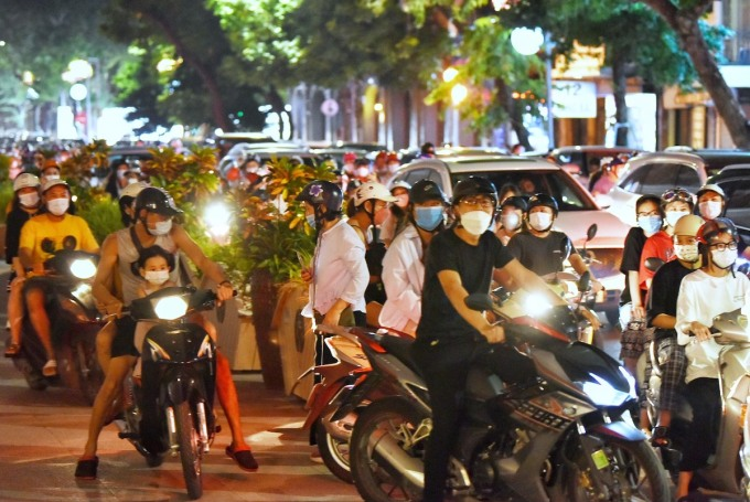 Dòng người đổ xuống phố khu vực Hàng Bài - Tràng Tiền, tối 21/9. Ảnh: Huy Thành