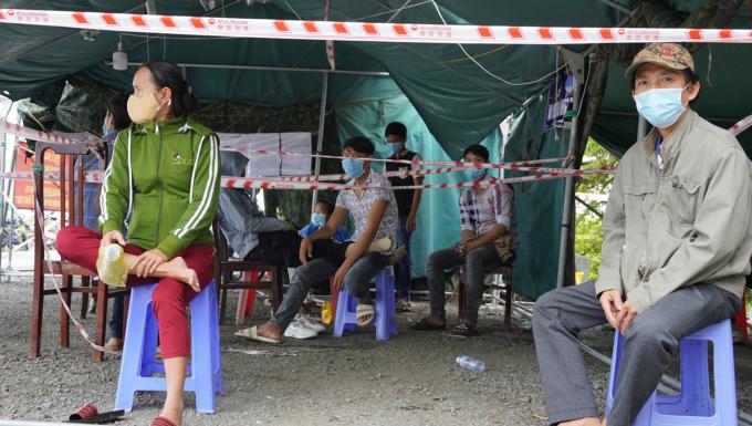 Ông Nguyễn Hữu Thắng cùng vợ ngồi trong chốt tại thị trấn Mỹ An, huyện Tháp Mười, Đồng Tháp trưa nay. Ảnh: Hoàng Nam