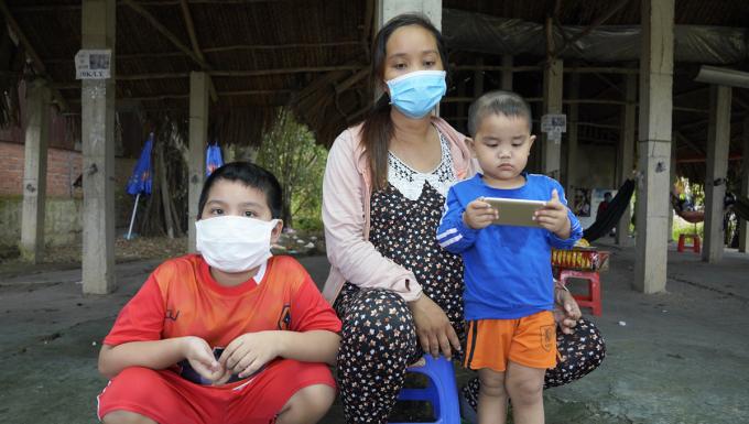 Chị Bích còn khoảng 2,3 tuần nữa đến ngày sinh, đang cùng hai con nhỏ kẹt lại tại chốt huyện Tân Thạnh, Long An. Ảnh: Hoàng Nam