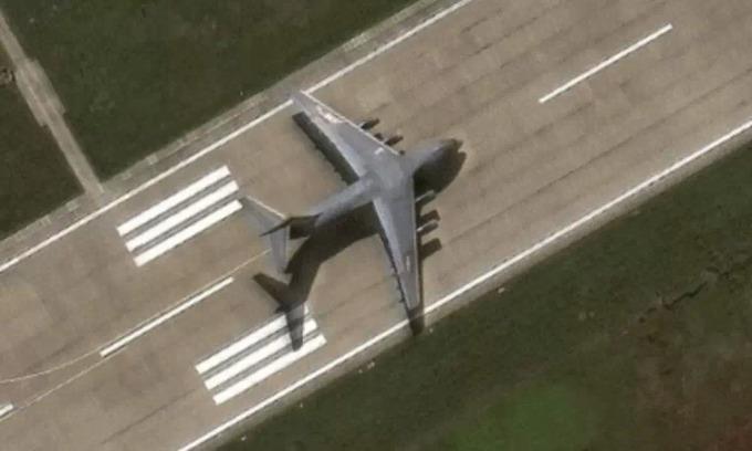 Vận tải cơ Y-20 hạ cánh trái phép tại đá Chữ Thập hồi tháng 12/2020. Ảnh: Maxar Technologies.